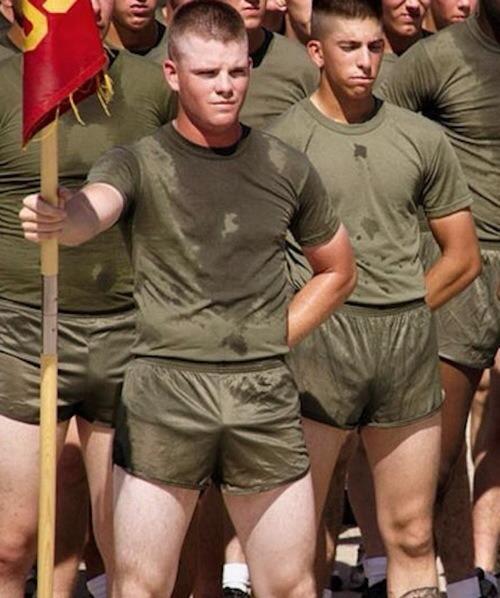 Парнишку ебут в армии
