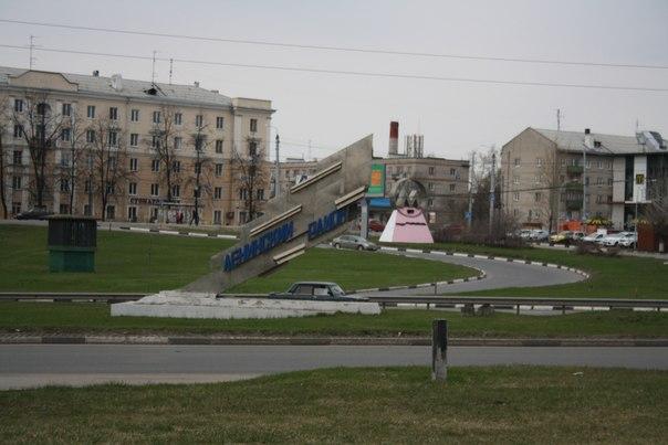 Стела Ленинского района. В этом районе ещё есть статуи пролетариев. Они очень милые и классные, но мне не удаётся их сфотографировать.  30 апреля 2018