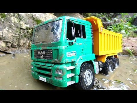 Big dump truck goes through the water, help Tayo and Thomas!