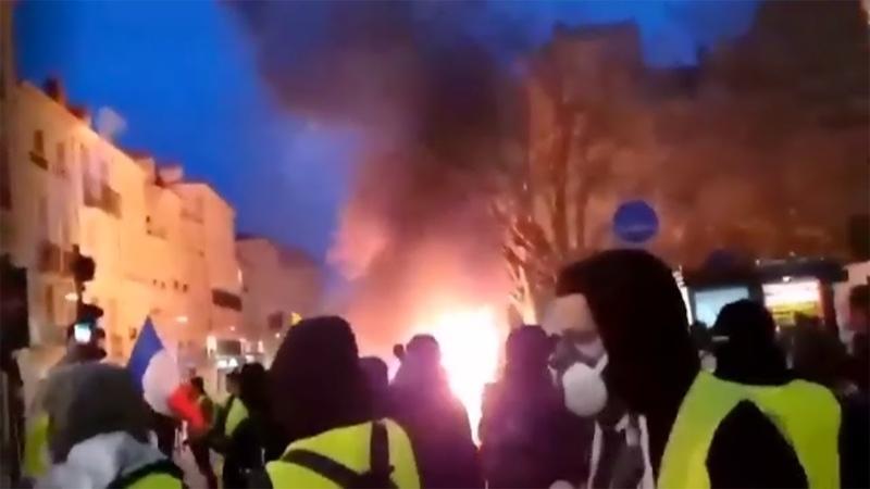 Одному из протестующих во Франции от взрыва гранаты оторвало руку