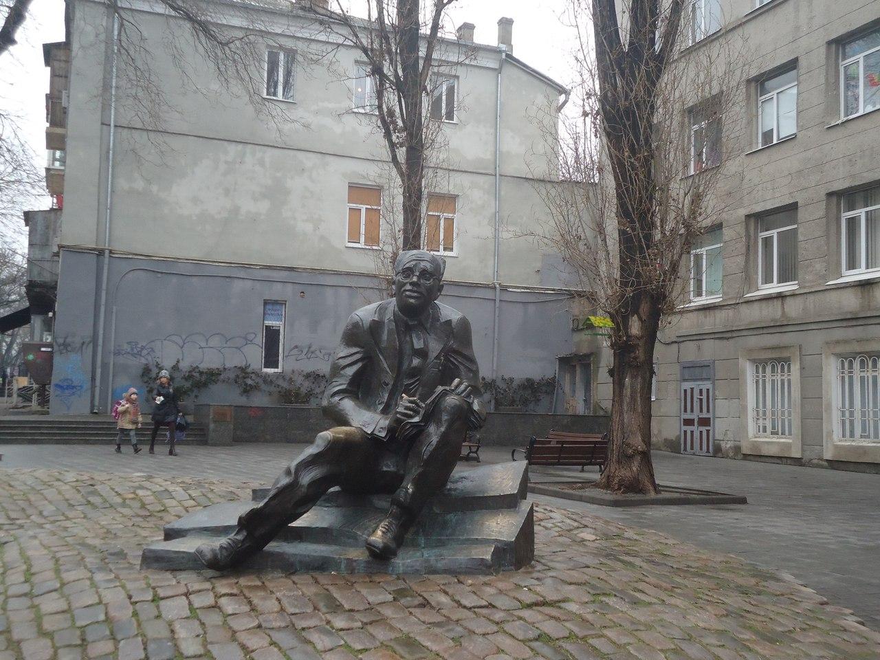 Народный памятник Исааку Бабелю в Одессе