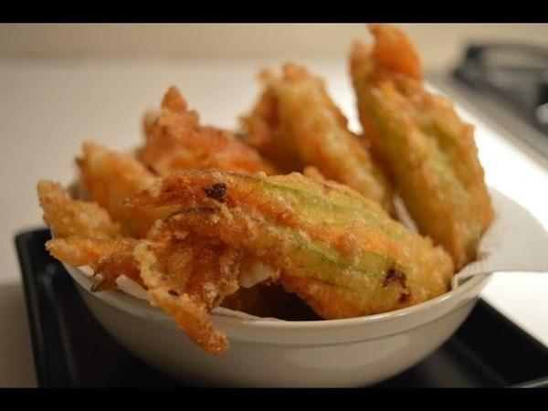 Fiori di zucca croccanti fritti in pastella ricetta semplice - Fried zucchini blossoms easy recipe