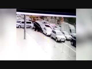 В Киеве автокран протаранил около 20 машин