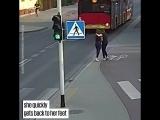 Полячка толкнула подружку под автобус_720p