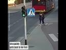 В Польше девушка толкнула подругу под колеса автобуса. Говорит, что по приколу.