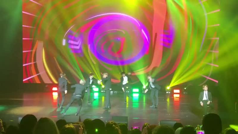 Ambiance électrique à Paris au théâtre le 13ème ART du groupe de K pop coréen BTS