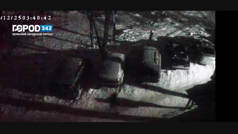 Режут колеса во дворах в Индустриальном районе Перми. ВИДЕО