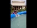 Коля и Ульяша играют в бассейне.