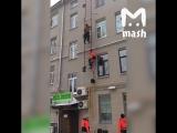 В Москве под рабочими оторвалась лестница, и они рухнули