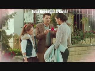 Escena del primer capítulo de 20dakikaali, duru y yağiz le tienen una sorpresa a melek tubabüyüküstün tubabuyukustun ilkeraksum
