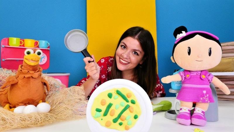 Oyuncak bebek Şila sebzeli omlet yapıyor. Kız oyunu