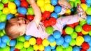 Juegos de Bianca. Las bolas de colores. Juguetes para niños.