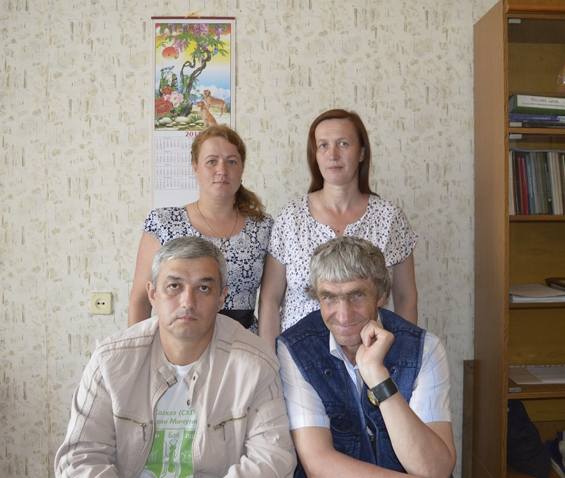 Роман Александрович Максимов сидит слева