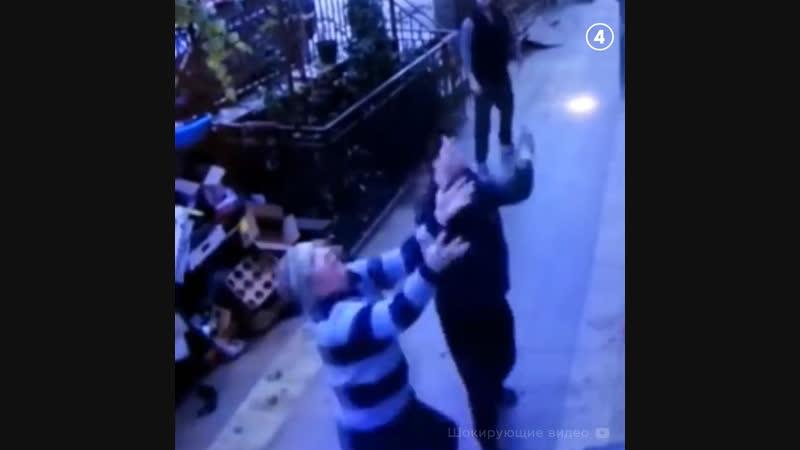 Прохожие поймали девочку, выпавшую из окна