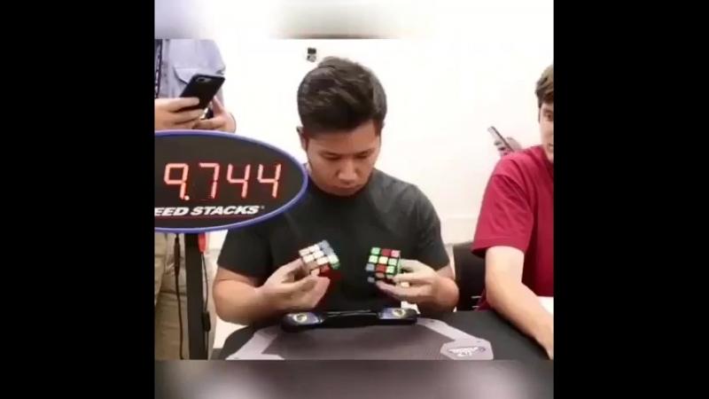 Собирает два кубика-рубика одновременно