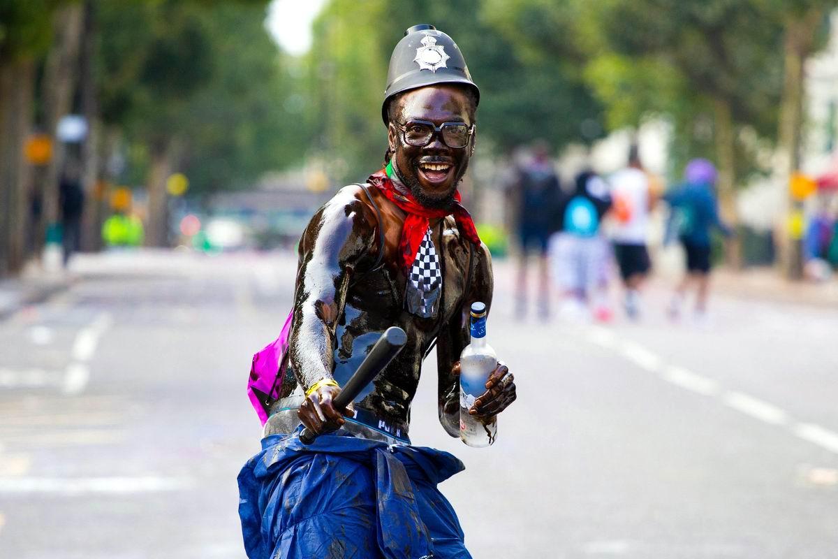 А мы сегодня будем веселиться: Карнавальный полицейский по-британски