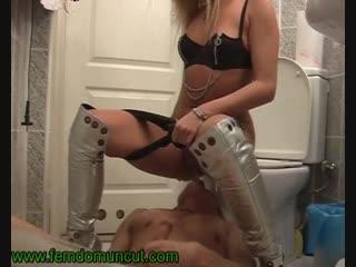 Порно писсинг туалетный раб