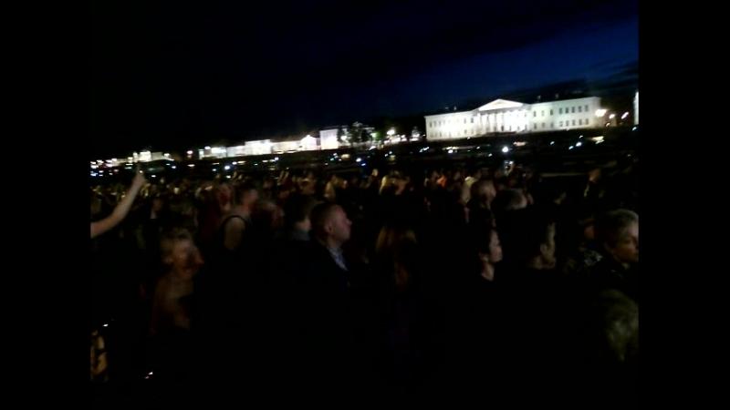 гном в толпе на дне города(4)