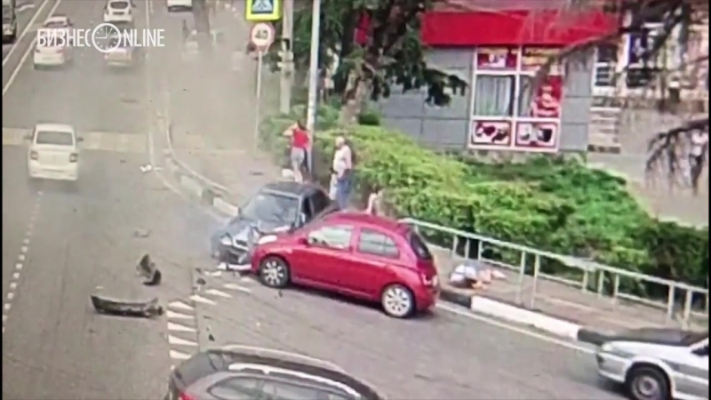 Автомобиль снес шестерых пешеходов на тротуаре в Сочи
