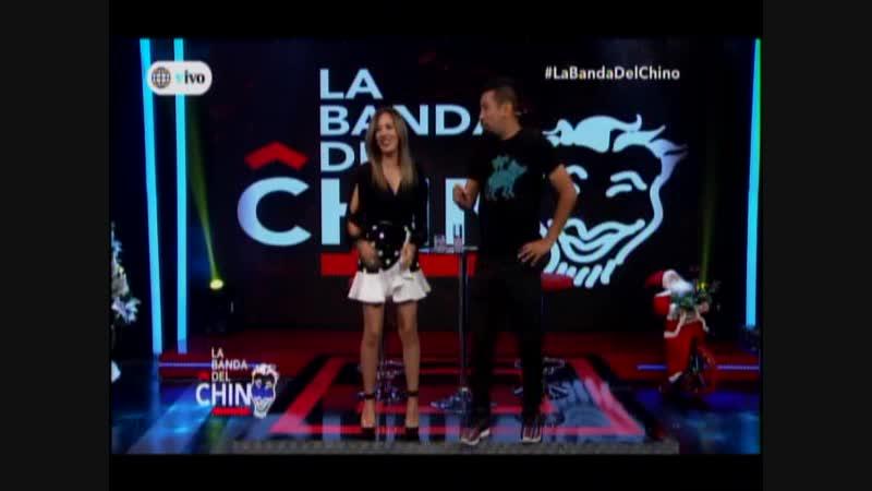 El Chino fastidia a Manuela Camacho diciendo que baila el mismo movimiento todas las musicas