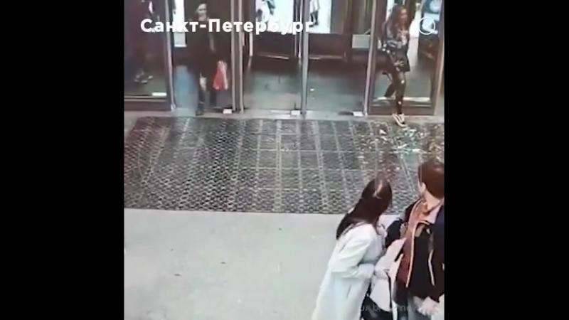 Вижу цель иду к ней, в отличии от некоторых... В метро девушка, отвлекшись на мобильный телефон, смогла разбить стеклянную дверь