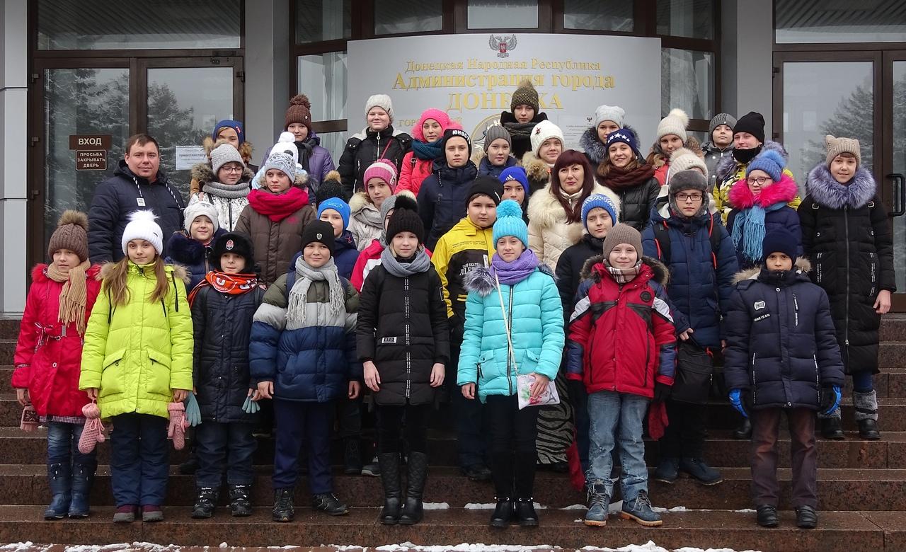 Администрация города Донецка отправляет детей на новогодние праздники в Москву