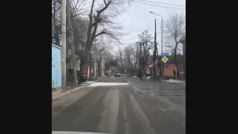 Вчера днём было необычное явление- деревья осыпали мелкой ледяной крошкой дорогу и тротуар. Предположительно, это оседал туман н