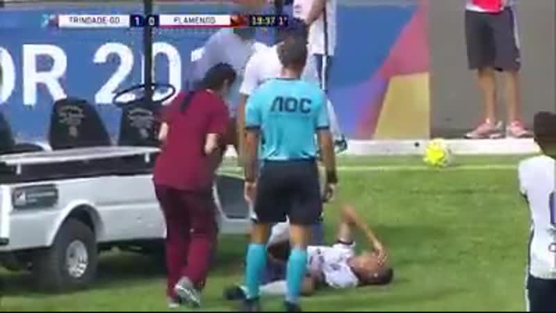 Ничего необычного, просто машина с врачами проехалась по травмированному футболисту