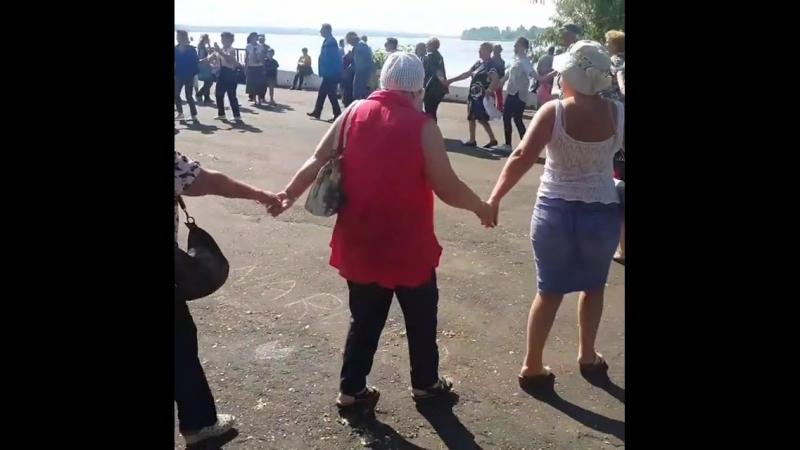 Туристы встречают Сарапул танцами))