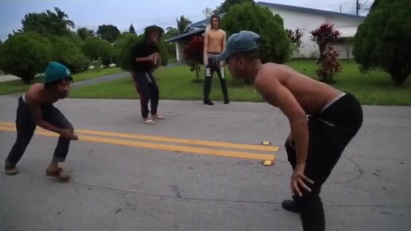 Джасей играет в американский футбол с друзьями LLJ