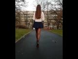 Школьница в мини-юбке и колготках с длинными ногами показывает себя красивую