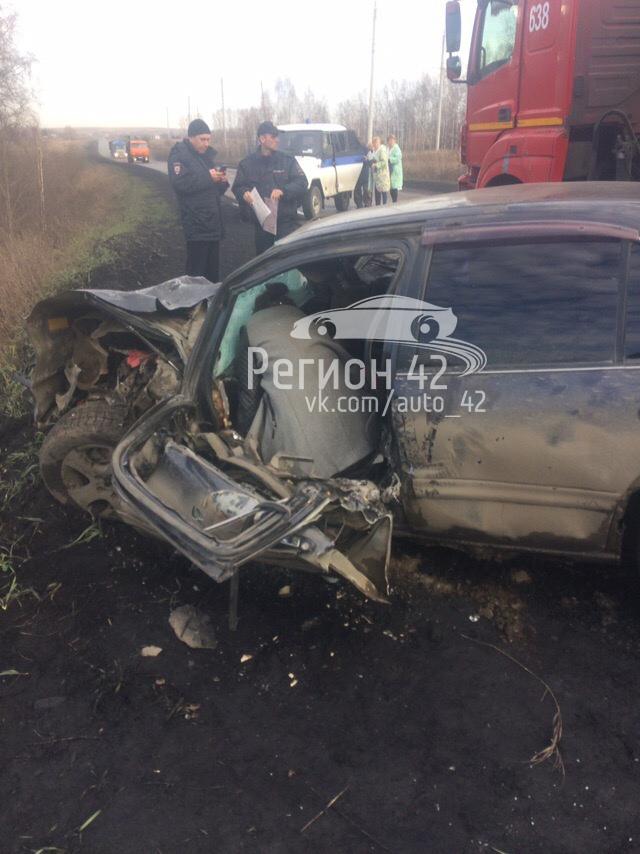 25 октября в Беловском районе легковушка столкнулась с КамАЗом