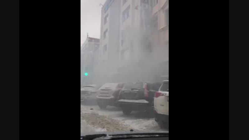 Сегодня в Перми во время пожара в бизнес центре кто то не дождался помощи спасателей и выпрыгнул в окно