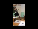 Девушка прикольно танцует в классе...