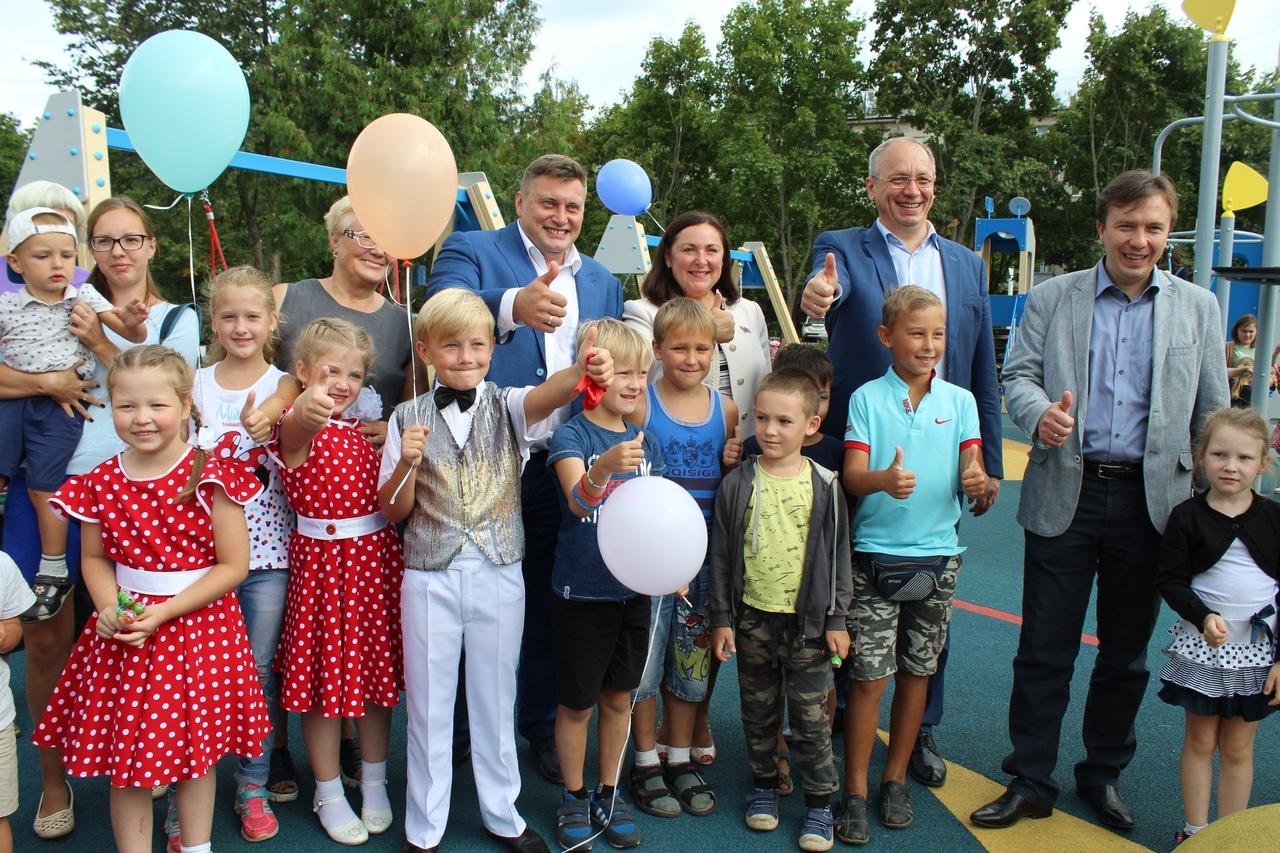 В Дубне торжественно открыли три детские площадки Левобережья | Фото