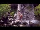 Красотка в купальнике откровенно танцует под водопадом