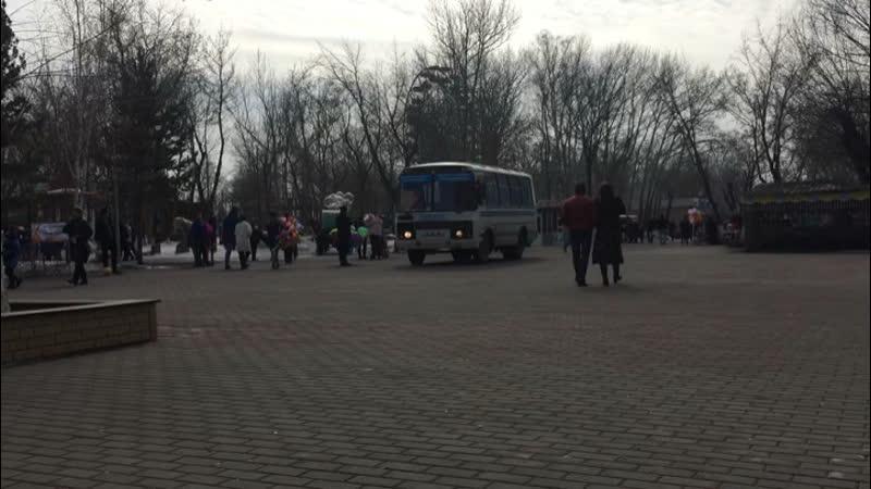 Автобус на центральном входе парка Караганды
