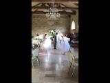 Танец балерин вокруг жениха и невесты