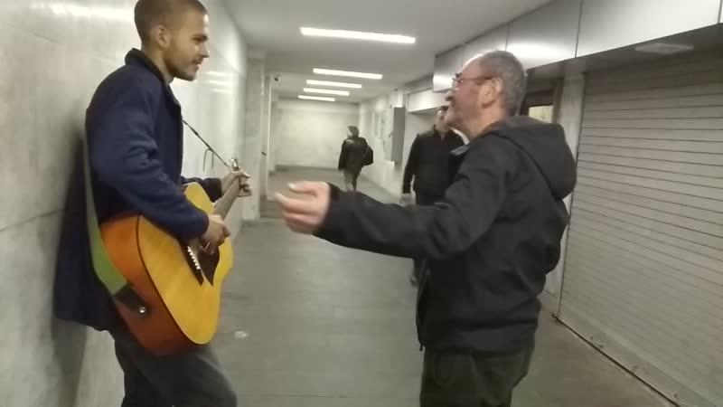 31.11.18 18ч27мин. Уличный музыкант из Беларуссии в Тбилиси. Переход не далеко от метро Руставели (улица Мераба Костава). Ну вот