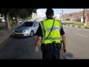 """Израильские гаишники"""" поздравляют водителей с Новым годом и угощают как принято мёдом"""