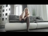 Голые ножки сексуальной блондинки в черных чулках #колготки.