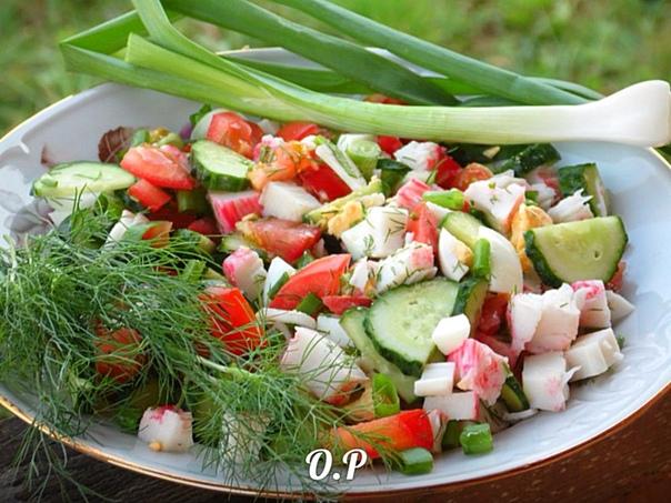 салат дачный для приготовления понадобится:помидоры - 2 штогурцы- 2 штболгарский перец - 1 штяйца - 2 шт(варёные вкрутую )редиска- 5 шткрабовые палочки - 200грзелёный лук- небольшой пучокукроп -