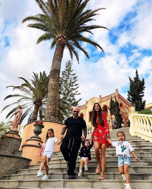 Самойлова и Джиган уехали в очередное семейное путешествие с  дочками