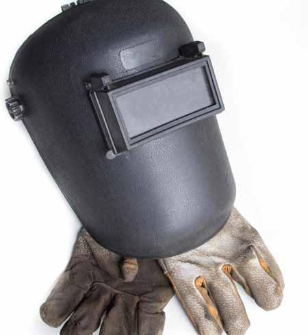 Сварщики должны носить шлемы и перчатки для защиты.