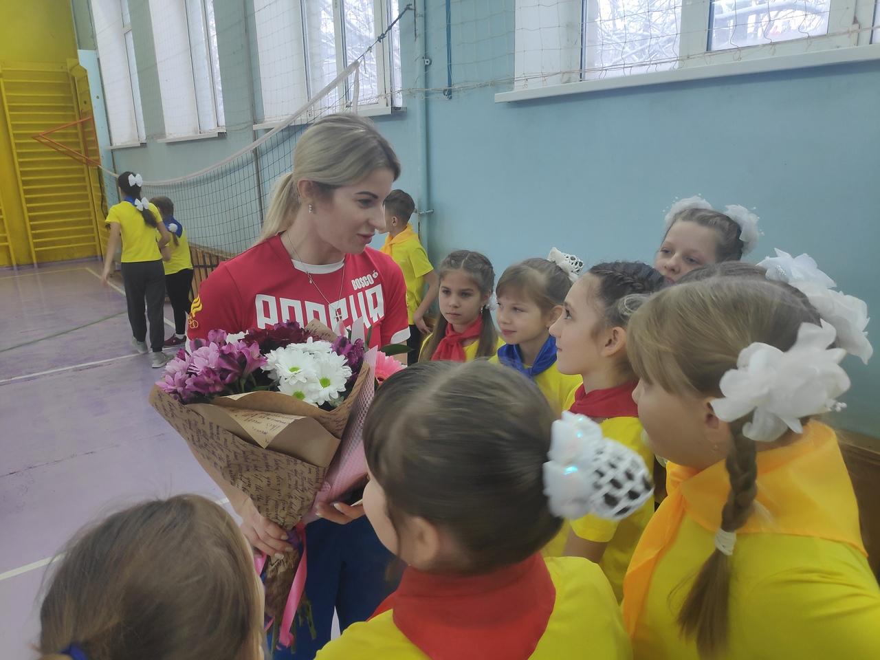 Олимпийская чемпионка по фехтованию Инна Дериглазова провела зарядку со школьниками