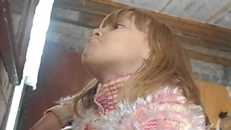 Она пукнула губами когда посмотрела в камеру