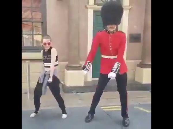 Британский гвардеец тоже любит танцевать
