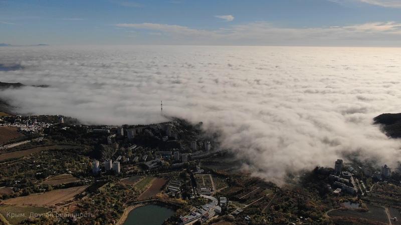 Туман заливает побережье