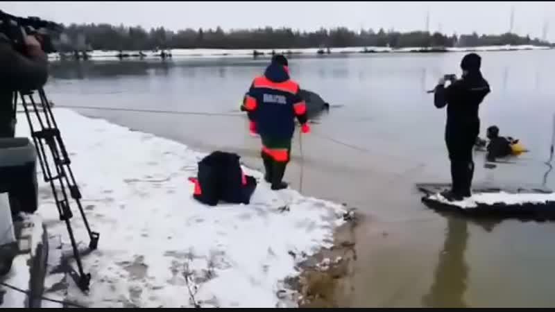 В Ноябрьске извлекли из воды машину с трупом девушки