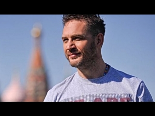 Том Харди в Москве, гуляет, фотографируется с фанатами